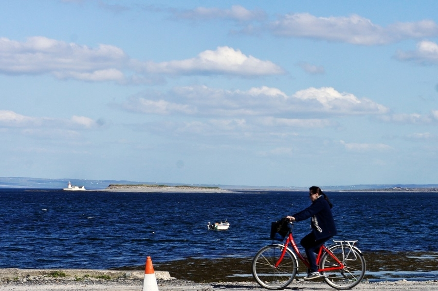 Inis Mor – Cycling past the Lighthouse